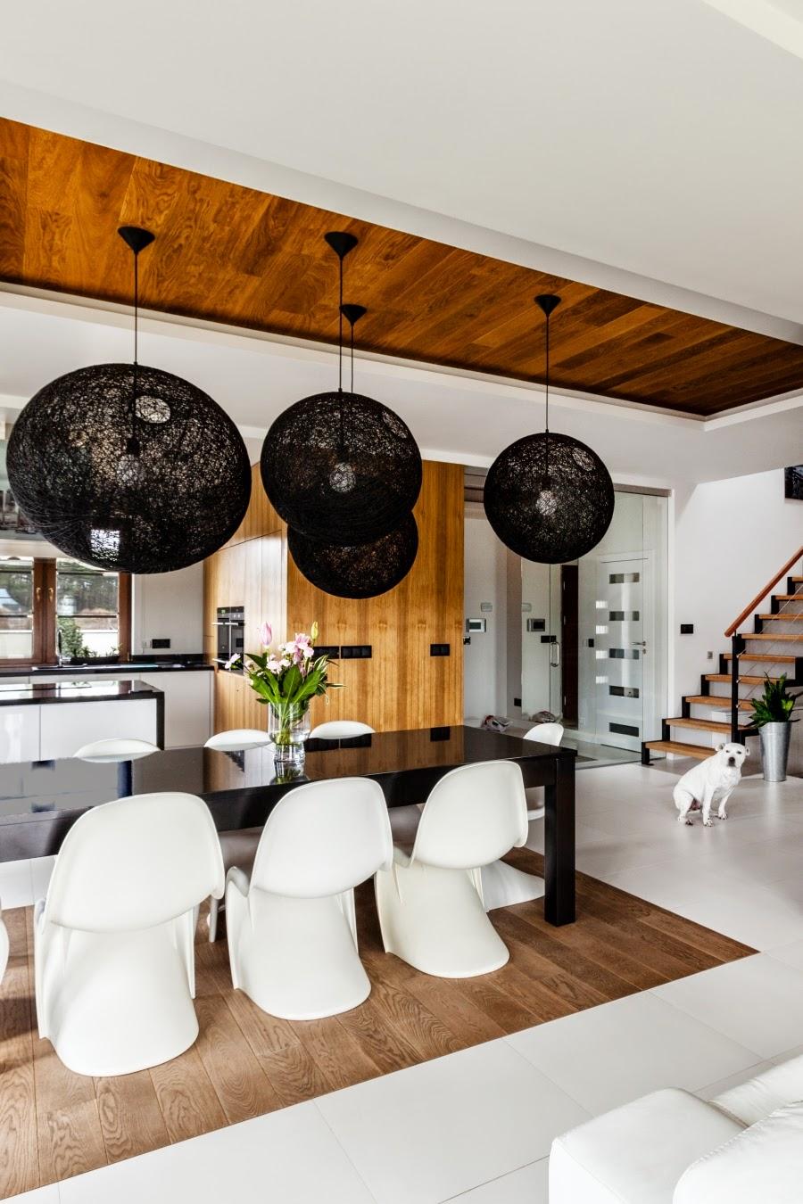 wnętrza, wystrój wnętrz, dom, mieszkanie, aranżacja, home decor, dekoracje, styl nowoczesny, biel i czerń, lampy, jadalnia, stół, nowoczesne krzesła