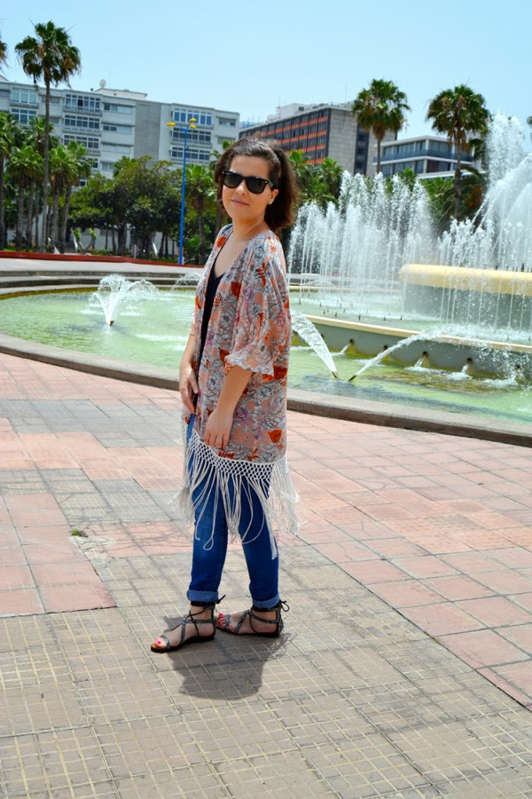 look_kimono_flores_flecos_romanas_mango_como_combinar_lolalolailo_02