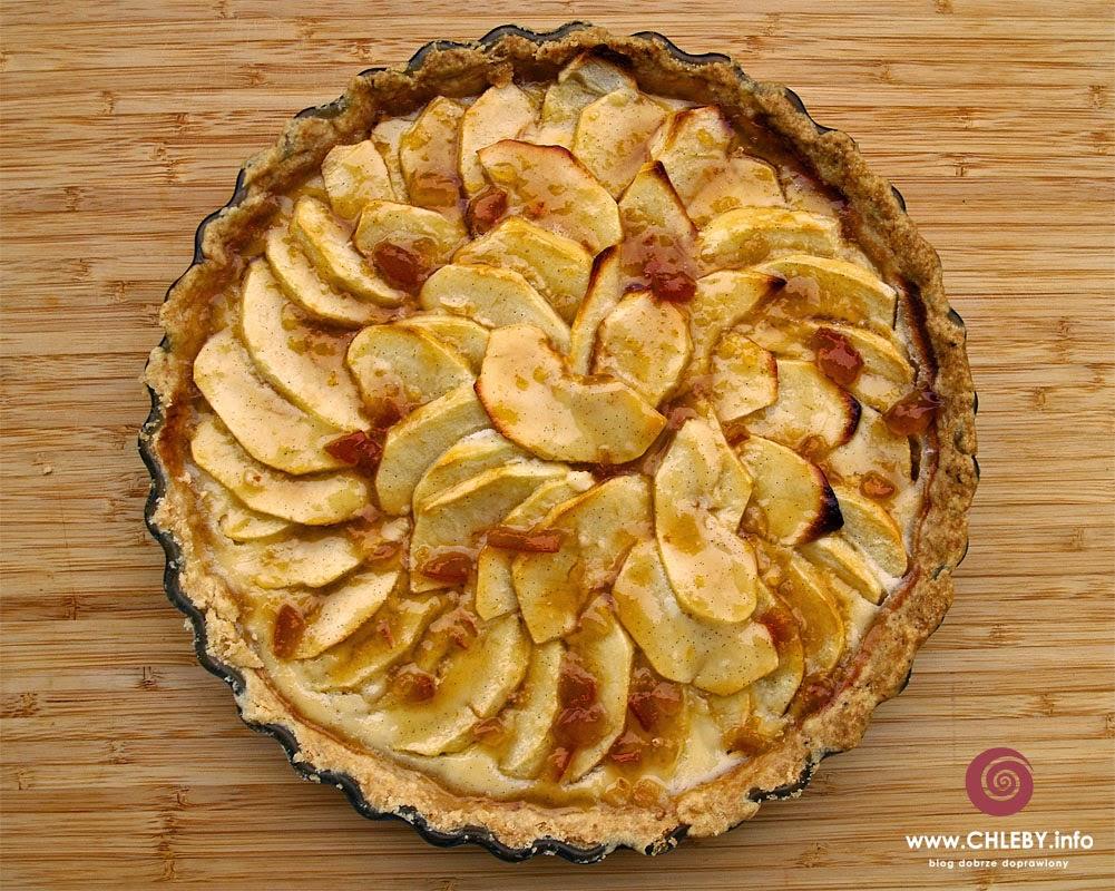 Tarta jabłkowa z sosem śmietanowym i pomarańczowa glazurą