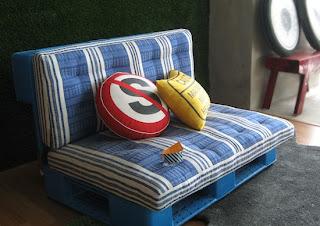Sofá feito com paletes de plastico nada mal para quem tem crianças em casa