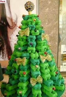 http://www.manualidadesblog.com/un-arbol-navideno-reciclado/