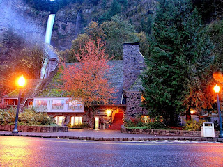 A.B.D'nin Oregon eyaletinde bulunan etkileyici manzarasıyla dünyanın en güzel şelalelerinden biri olan Multnomah Şelalesi, doğanın eşsiz güzelliklerini sevenlerin ve fotoğrafçıların ilgi odağı oluyor. Multnomah Şelalesi; Kolombiya Nehri'nin geçtiği kanyonda bulunuyor.    Şelale, 3 basamaktan oluşuyor ve toplamda 189 metreden aşağı dökülüyor. Şelaleyi ilginç kılan özelliklerden biri de, basamaklardan birinin üzerinde köprü bulunması... Her yıl milyonlarca turistin geldiği şelale için yakınlarda çok sayıda otel de var…