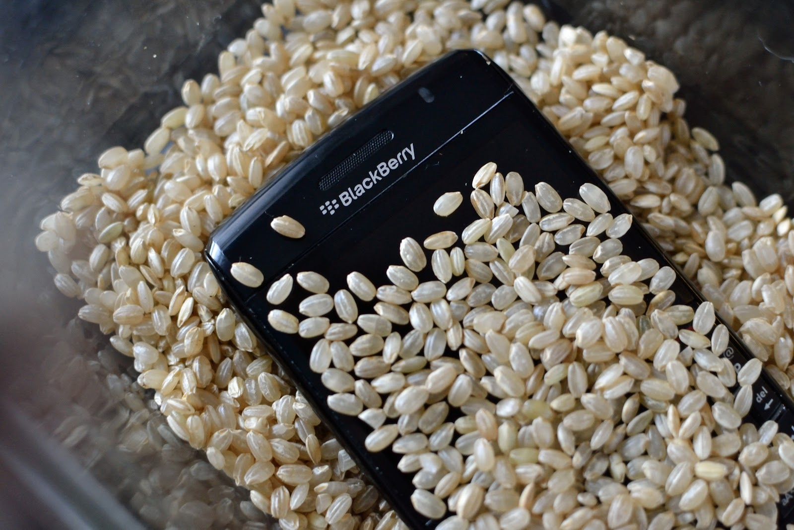 does putting your wet phone in uncooked rice actually save its life. Black Bedroom Furniture Sets. Home Design Ideas