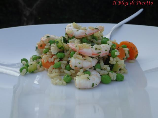 insalata di riso integrale con zucchine, piselli, carote e gamberetti