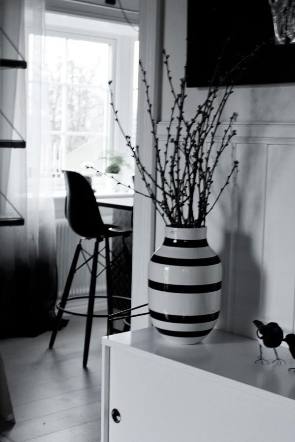 körsbärskvist, våren, kvistar av körsbär, kähler vas, svart och vitt, stringbyrå i hallen, vit byrå, skata, fåglar, dekoration
