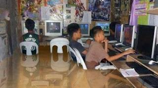 smešna slika: dečaci koriste računar u poplavi
