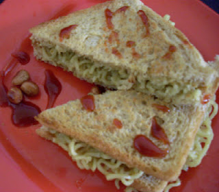 noodles sandwich with tomato ketchup