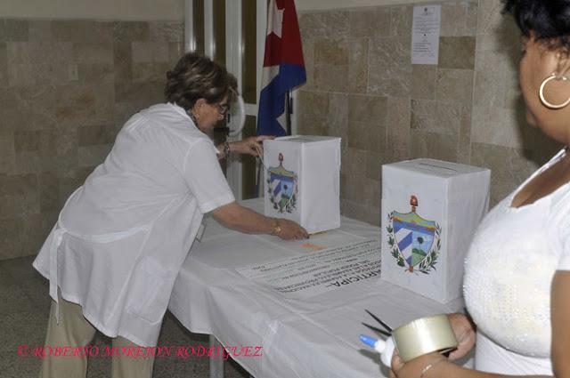 Preparativos el 2 de febrero de 2013 en un  colegio electoral para la realización de los comicios generales que  tendrán lugar el domingo tres de febrero.