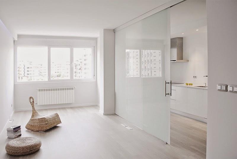 en el cada espacio presenta un tipo de puerta corredera de vidrio translcido en el bao sin ventanas para aportar algo de luz natural