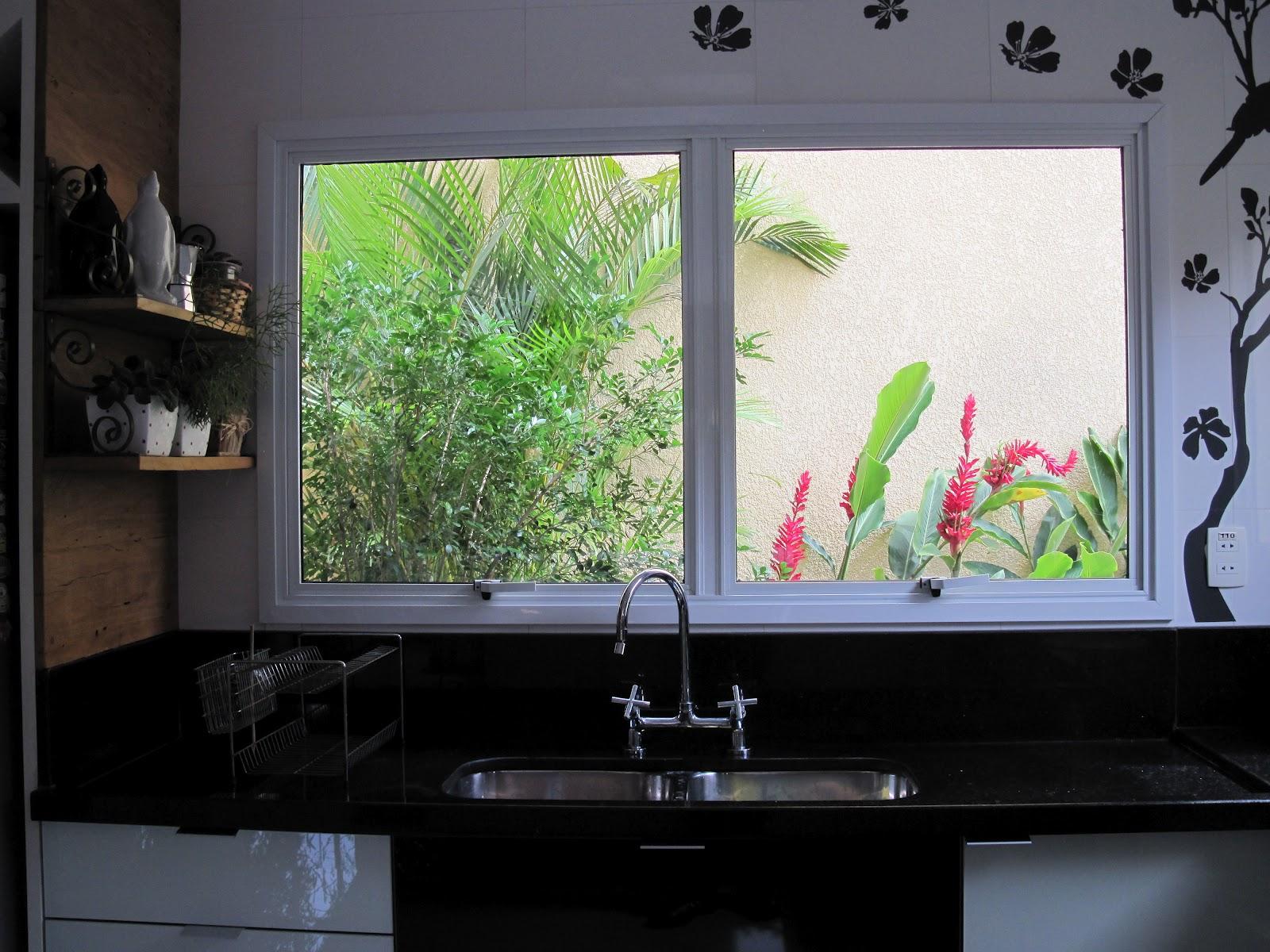 Até quando lava louça a dona desta casa enxerga o verde do frondoso  #5E8843 1600 1200