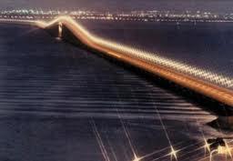 صورة جسر الملك فهد الذي يربط المملكة العربية السعودية مع البحرين خلال الليل