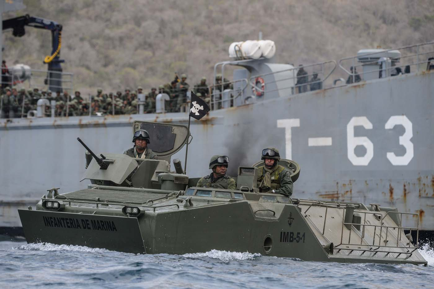 Blindado LVTP-7 de la Infantería de Marina venezolana en un ejercicio de asalto anfibio.