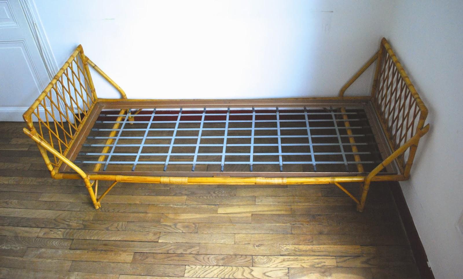 lit banquette en rotin vendu g n ration vintage. Black Bedroom Furniture Sets. Home Design Ideas