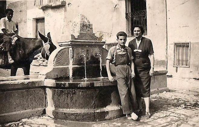 sin embargo durante varios siglos all estuvo emplazada una hermosa fuente de la que se conservan imgenes pues fue desmontada en los aos del pasado