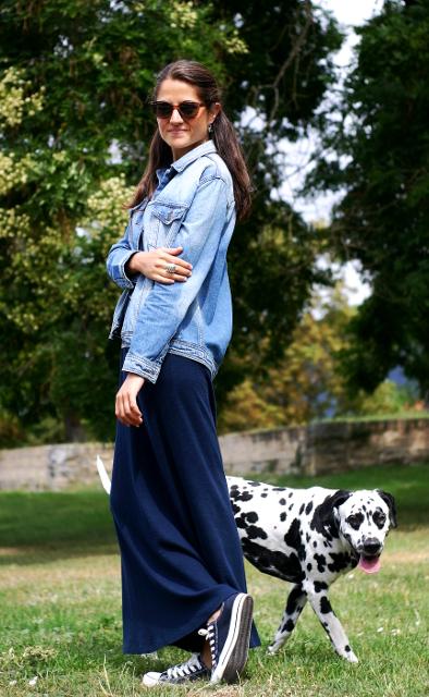 maxi vestido y cazadora vaquera