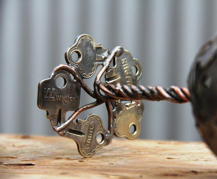 كأس مصنوع بالمفاتيح القديمة