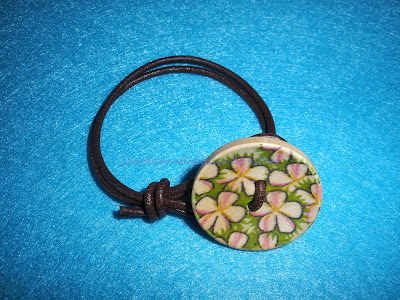 pulsera con hilo de cuero y botón de madera