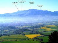 Panoràmica sobre la Plana de Vic i el Montseny des de la pujada al Turó de la Creu de Gurb