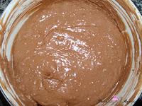 Añadiéndole las almendras y las avellanas a la mezcla de nata y chocolate