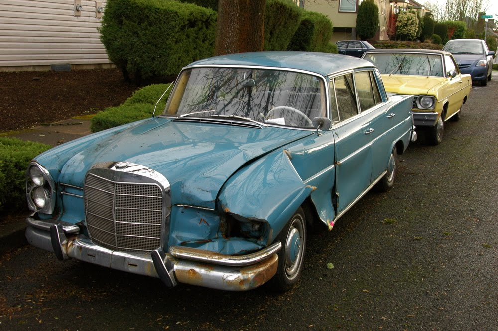 Old parked cars sad fintail couple 2 1962 mercedes for 1962 mercedes benz