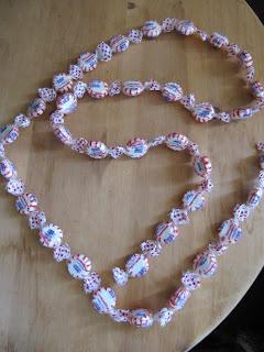 как сделать новогоднюю гирлянду , как сделать новогоднюю гирлянду из конфетиз конфет!