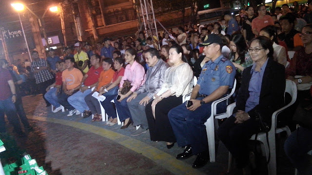 "EMBOA Handog Pasasalamat program held in Remedios Circle. President-Mayor Joseph ""Erap"" Estrada is flanked by, to his right, Flordeliza Villasenor- Chief Tourism Officer of the Manila Tourism and Cultural Affairs Bureau, and to his left, Michelle Pe- Miramar Hotel Owner."