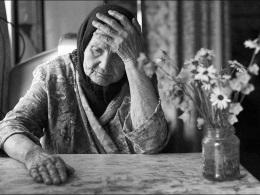 Пожилая женщина в черном платке