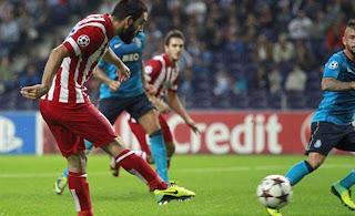 Arda Turan, jugador del Atlético de Madrid, disparando para marcar un gol en jugada de estrategia.
