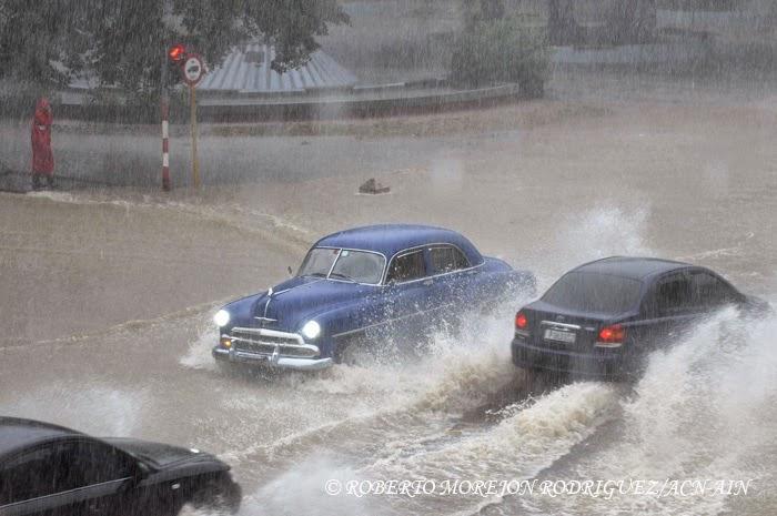 Vehículos circulando por la Calle 23 en el municipio Plaza de la Revolución, durante las lluvias caídas, en La Habana, Cuba,  el 29 de abril de 2015.
