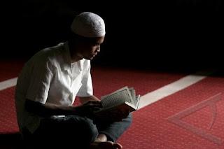Pemuda baca Qur'an (foto Antara)