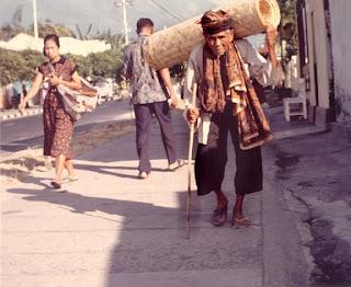 Foto Jadul Kakek Tua Penjual Anyaman Bambu