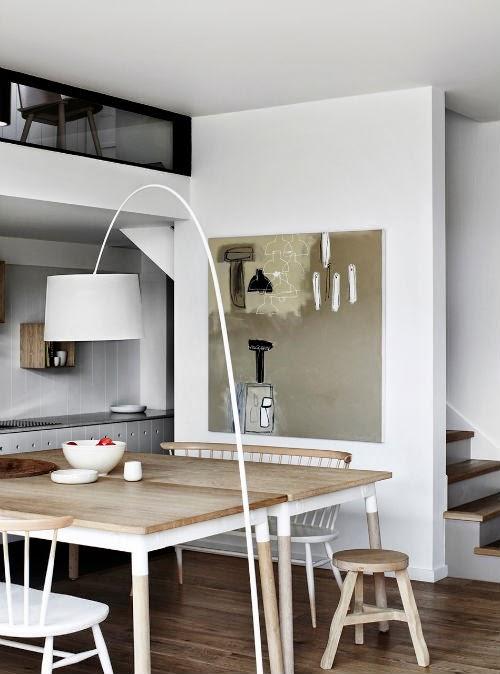 Küche mit zwei großen Tischen