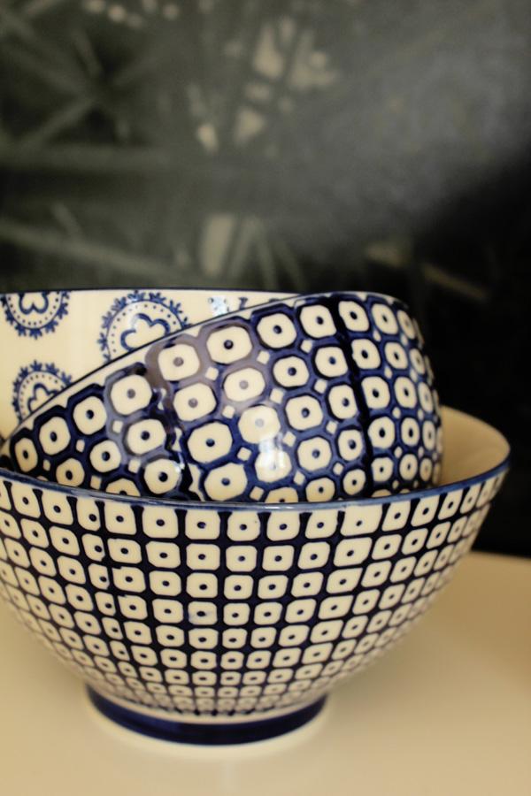 mönstrade skålar, blått mönster på skålar, village, dekoration på avlastningsbord, inredningstips, inspiration avlastningsbord