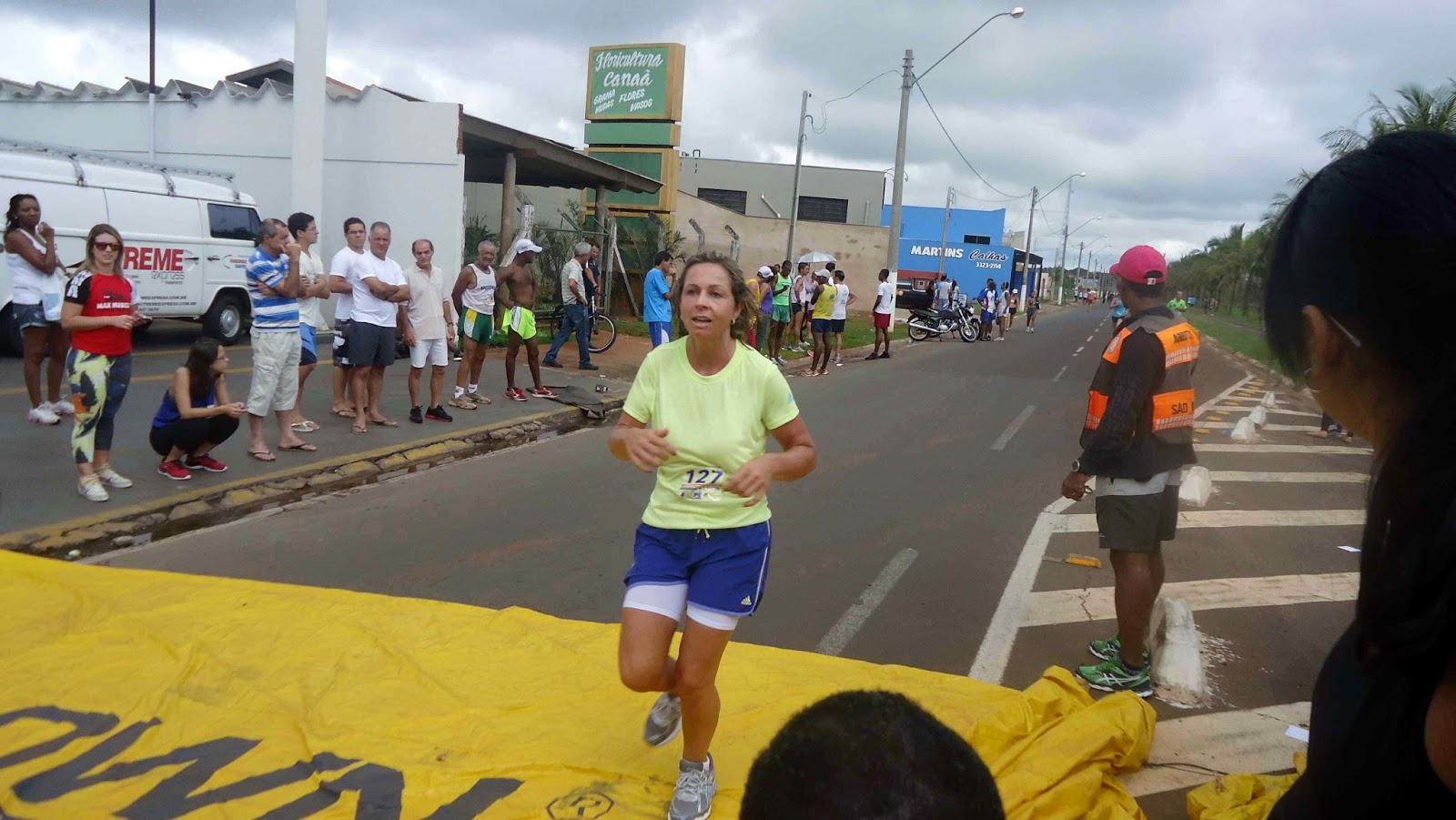 Foto 175 da 1ª Corrida Av. dos Coqueiros em Barretos-SP 14/04/2013 – Atletas cruzando a linha de chegada