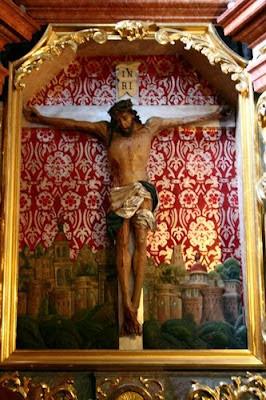 Gotycki krucyfiks w ołtarzu bocznym