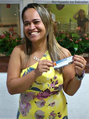 Alessandra Ramos com o voucher da Sussa Forneria