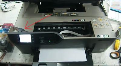 Стрелка показывает, где расположен сенсор открытой двери