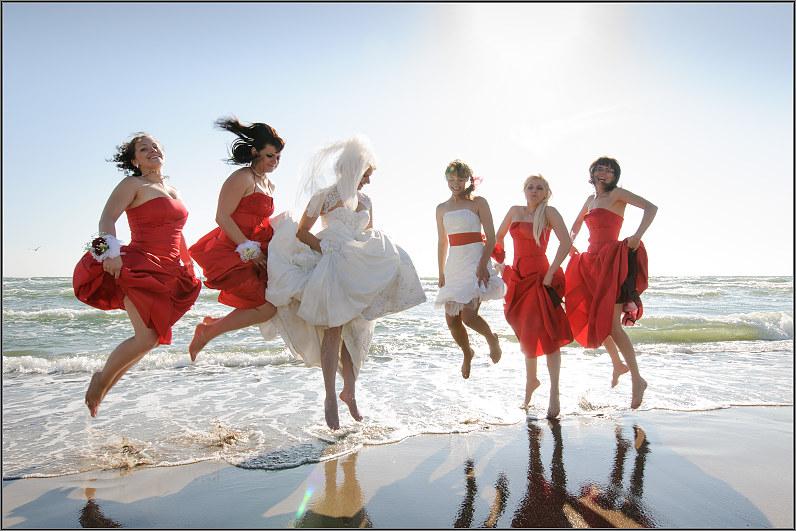 linksmos vestuvės prie jūros
