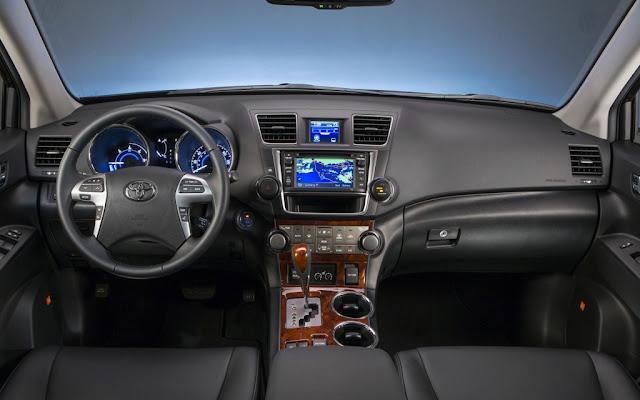 Interior view of 2013 Toyota Highlander