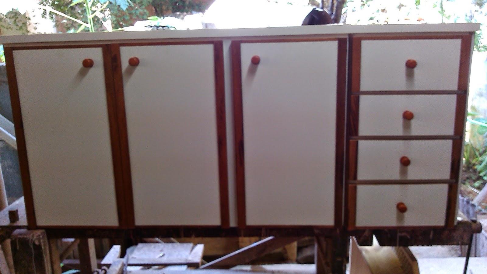 detalhes em madeira gavetas também em formica branca com madeira #447088 1600x900