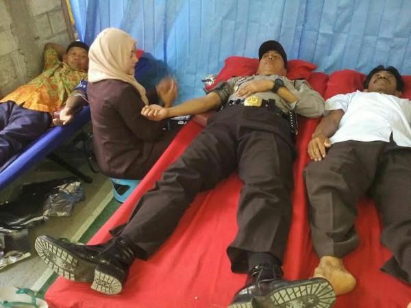 Kapolsek Gondang dan Anggotanya Menggelar Donor Darah