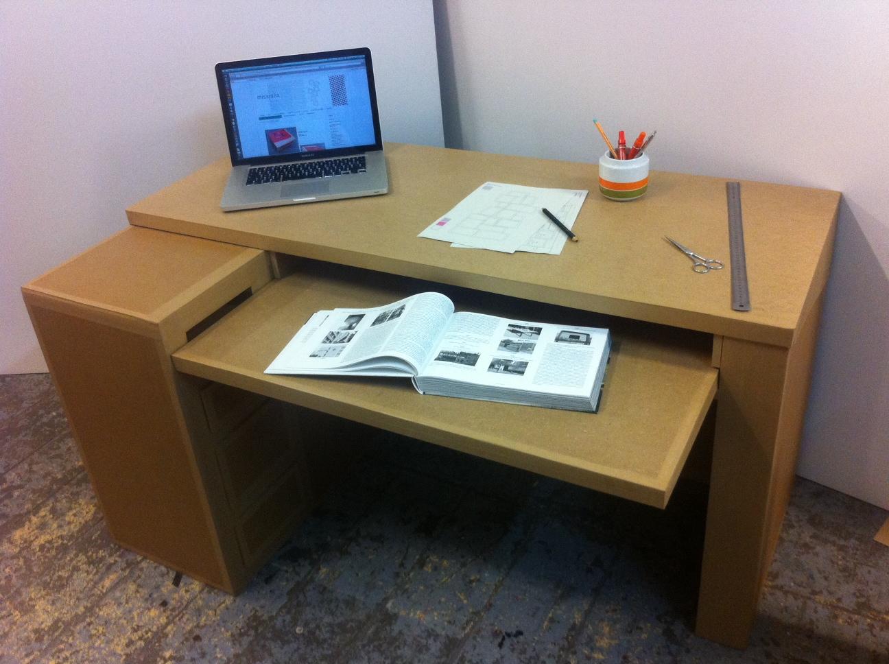 Meuble en carton, bureaux pour petits et grands. Vous choisissez la taille du plateau, le nombre de tiroirs et de cases, la forme & le type de finitions.  Un design simple et fonctionnel pour bien travailler selon vos besoins &  envies. Du sur-mesure fabriqué à Marseille / Spritz° la fabrique pétillante