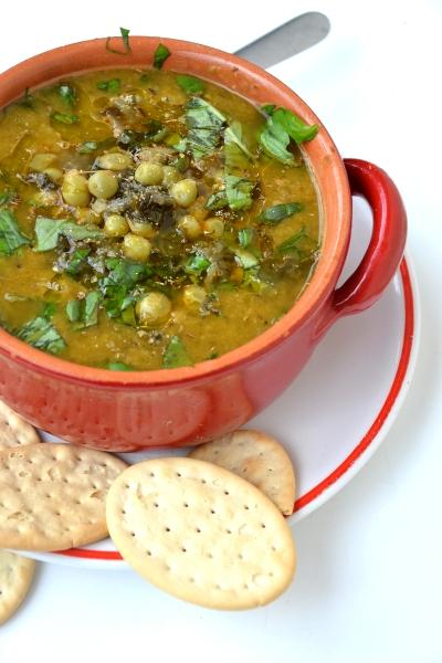 zuppa di piselli freschi, lattuga e cipolotti