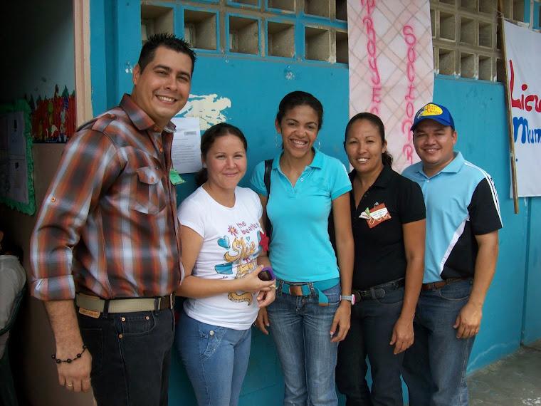 Lcdo. César Pérez (Equipo Canaima) y miembros del equipo de Liceos Bolivarianos