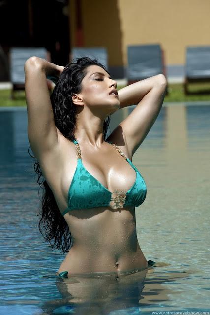 Sunny Leone Hot Bikini Cleavages Show