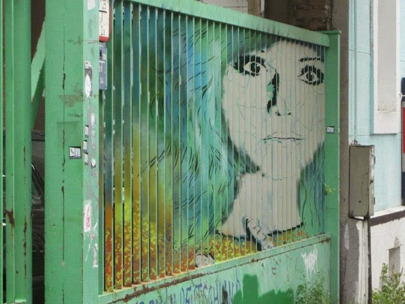 الفن الخفـــي على الـــاسوار Hidden-Street-Art-on-Railings-by-Zebrating-11.jpg