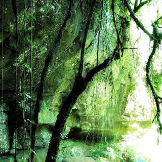 Queda d'água junto à gruta no Parque Moconá.