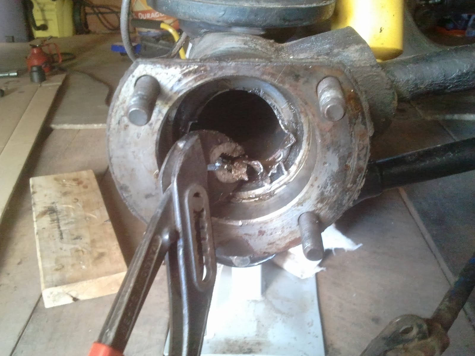 Taking out the old oil seal rear axle Volvo Amazon