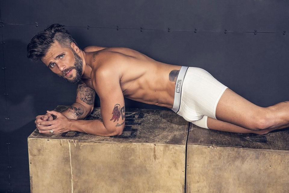 De cueca, Bruno Gagliasso posa em cima de uma Box Jump. Foto: André Nicolau