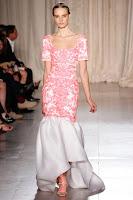 вечерна рокля от розова дантела с голям бял волан, Marchesa